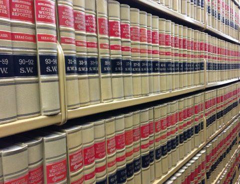 Bücherregal mit Getzestexten